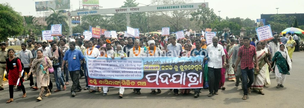 Slum dwellers demonstrate near Assembly