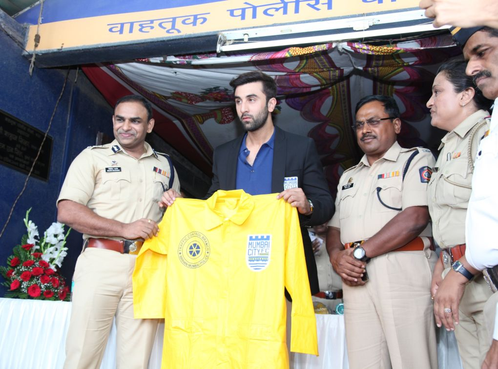 ISL Franchise Mumbai City FC Presents 2000 Raincoats to Traffic Police