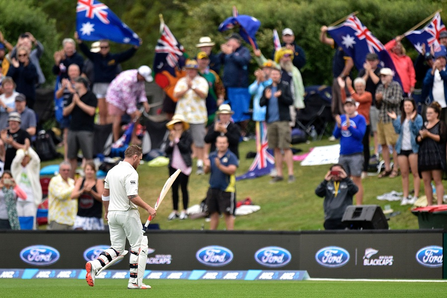 McCullum receives a standing ovation from the crowd after his last Test innings