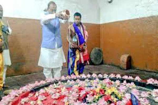 Minister in soup over temple photo